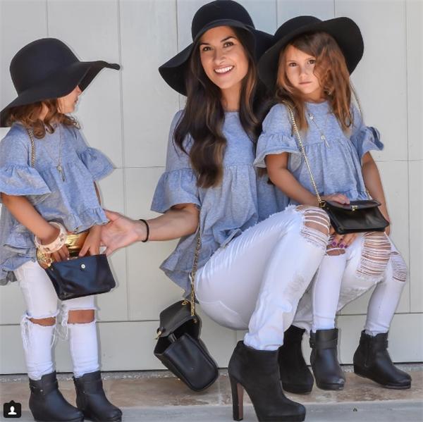 Cả 3 mẹ con trông giống nhau chưa kìa.
