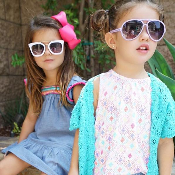 """Mỗi bé một cặp kính mát đẹp """"miễn bàn"""" luôn."""