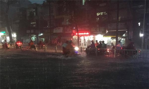 Người dân Sài Gòn vất vả tìm đường về nhà. Ảnh: Lê Trai