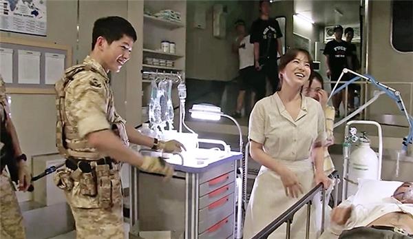"""Trong hậu trường, cảnh quay này lại đầy ắp tiếng cười, chỉ có mỗi """"bệnh nhân"""" là phải nằm yên bất động bởi dụng cụ y tế đầy người."""