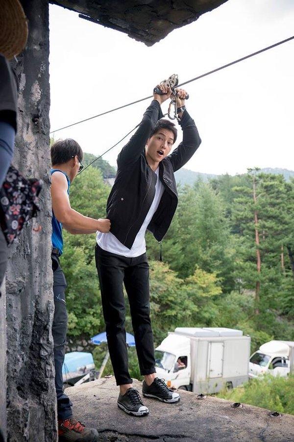 Thế nhưng, để chuẩn bị cho cảnh quay này, Song Joong Ki phải nhờ đến nhiều dụng cụ bảo hộ để đảm bảo an toàn khi trượt xuống.
