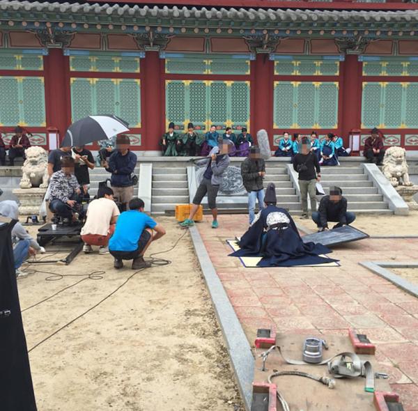 """Đây là cảnh """"độc diễn"""" của Park Bo Gum, chỉ có anh và các nhân viên đoàn phim, trước mặt là những diễn viên sắm vai thái giám, cung nữ đang ngồi nghỉ mệt. Xem xong hình ảnh hậu trường này, khán giả vô cùng bất ngờ với khả năng tập trung diễn xuất của nam diễn viên 23 tuổi."""