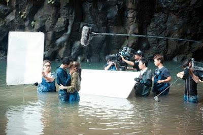 """Ở hậu trường, không chỉ có hai diễn viên mà có đến """"500 anh em"""" đoàn làm phim đứng vây xung quanh để ghi hình."""