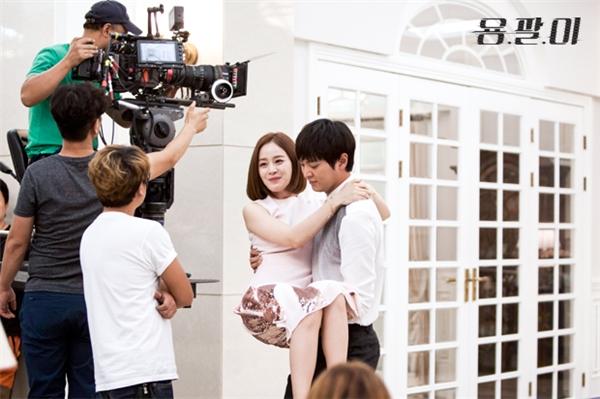 Tương tự với Yongpal, cảnh Joo Won cõng Kim Tae Hee trên lưng dạo đồi gió vô cùng lãng mạn nhưng trước mặt cả hai lại là hàng tá nhân viên đoàn phim. Thật khâm phục cả hai có thể diễn cảnh tình cảm khi trước mặt có nhiều ánh mắt nhìn vào như thế.