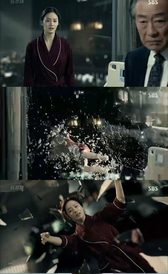 Đầu phim, Kim Tae Hee có cảnh quay ấn tượng khi lao ra khỏi cửa kính và tự tử.