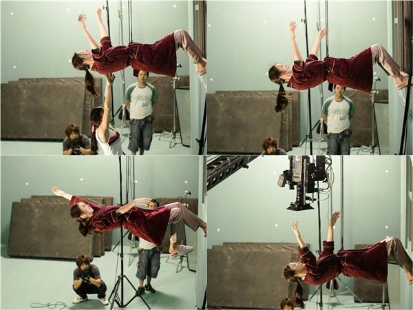 Để thực hiện cảnh quay này, nữ diễn viên 35 tuổi phải diễn xuất với sợi dây bảo hộ và sự giúp đỡ của nhân viên đoàn phim.