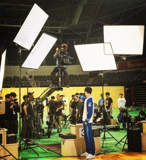 Khi ấy, trước mặt Lee Jong Suk không phải bia bắn mà là chiếc mấy quay và rất nhiều nhân viên ghi hình.