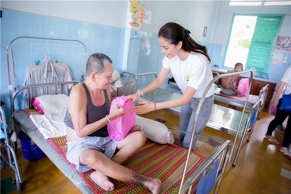 Phạm Hương xúc động khi đến thăm các cụ già tại trại phong Bến Sắn - Tin sao Viet - Tin tuc sao Viet - Scandal sao Viet - Tin tuc cua Sao - Tin cua Sao