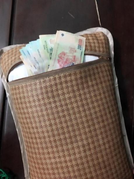 Số tiền không nhỏ được ông chồng càidưới gối nằm.