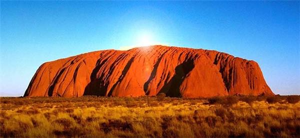 Đá Urulu ở Úc được cho là bị trù ếm bởi thổ dân.