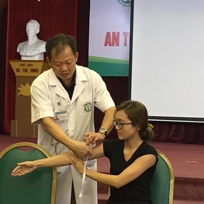 TS Dương Đức Hùng– Trưởng đơn vị phẫu thuật tim mạch (Viện Tim mạch Quốc gia) trực tiếp là người hướng dẫn cách sơ cứu nạn nhânđứt mạch máu. Ảnh: Khám Phá