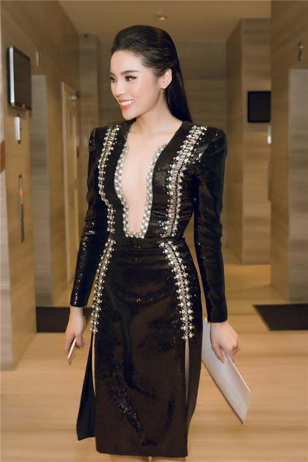 Sau khoảng thời gian ở ẩn, sự trở lại của Kỳ Duyên khiến công chúng vô cùng bất ngờ. Hoa hậu Việt Nam 2014 bắt đầu ưa chuộng phong cách gợi cảm, táo bạo. Tham gia một đêm tiệc vào ngày 25/9 vừa qua, Kỳ Duyên khiến quan khách không thể rời mắt khi diện bộ váy ôm sát, cắt xẻ táo bạo ở phần ngực sâu hút. Thiết kế tạo điểm nhấn ở chi tiết kim loại đính kết đối xứng hai bên thân váy.