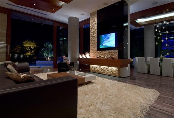 Với lò sưởi dài 1,8m bằng đá vôi và một khoảng không dài hơn 6,5m gắn 24 màn hình TV kích cỡ 24 inch, đây được xem là một trong những căn phòng tiếp khách sang trọng và công nghệ khủng nhất toàn bang Washington. Tất cả mọi thứ trong nhà đều được trang bị công nghệ cao, từ hệ thống cảm biến cho đến thắp sáng. Đèn tự động bật và tắt khi bạn vàohay ra khỏi phòng.