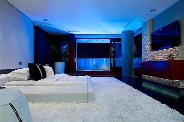 Phòng ngủ được trải thảm lông êm ái. Không những phòng ngủ mà tất cả mọi căn phòng trong nhà đều được trang bị cảm biến sức nặng, cho phép nhân viên an ninh biết được ai đang ở trong nhà chỉ qua bước chân.