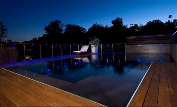 Hồ bơi rộng hơn 5m2, được trang bị hệ thống nhạc dưới nước.