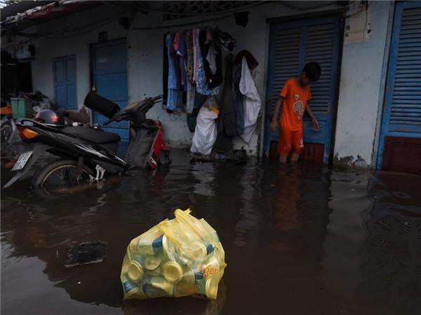 """Trận mưa lịch sử chiều 26/8 nhưnghậu quả của nó vẫn còn kéo dàitới hôm nay. Người và rác thải xóm nghèo Thủ Thiên đều""""nổi"""" lềnh bềnh."""