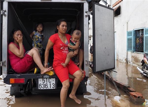 Những chiếc xe tải cũng được trưng dụng làm chỗ ngồi và sinh hoạt tạm cho phụ nữ và trẻ nhỏ