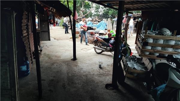 Ngoài đồ gốm sành giao bán cho người trồng cây, chị P. còn nhập thêm bát đĩa giao cho các chợ nhỏ trong phố.