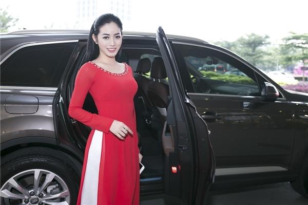 Người đẹp chọn cho mình một chiếc áo dài đơn giản với tông màu đỏ nổi bật và có dịp hội ngộ cùng nhiều nghệ sĩ khác tại đây.