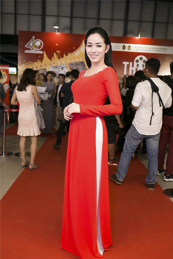 """Trong trang phục truyền thống, Mai Thanh Hà tự tin """"đọ"""" sắc cuốn hút trên thảm đỏ."""