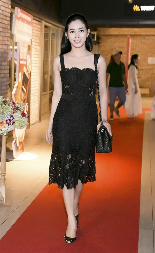 Trong một hình ảnh khác, Mai Thanh Hà mang đến nét cuốn hút từ sự thanh lịch khi cô chọn cho mình một chiếc váy ren đơn giản.