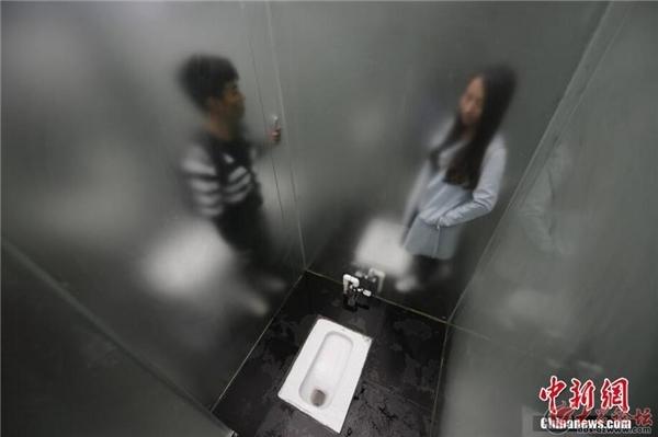 Tất cả các mặt của buồng vệ sinh đều được làm bằng kính trong suốt, thậm chí tấm chắn giữa nam và nữ cũng chỉ là tấm kính mờ.