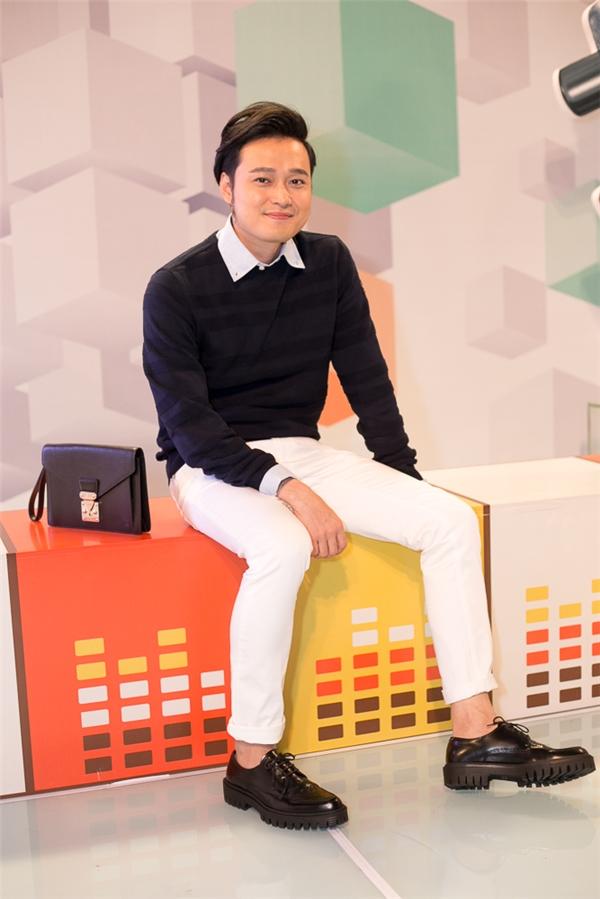 """""""Hoàng tử sơn ca"""" một thời - nam ca sĩ Quang Vinh cũng có mặt tại hậu trường đêm liveshow 3. - Tin sao Viet - Tin tuc sao Viet - Scandal sao Viet - Tin tuc cua Sao - Tin cua Sao"""