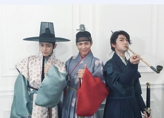 Tất nhiên không thể thiếu những hình ảnh với Kwak Dong Yeon. Trên phim được Kim hyunh bảo vệ sát sao nhưng đằng sau ống kính, Park Bo Gum vẫn ra dáng người anh chăm sóc cậu em 19 tuổi.