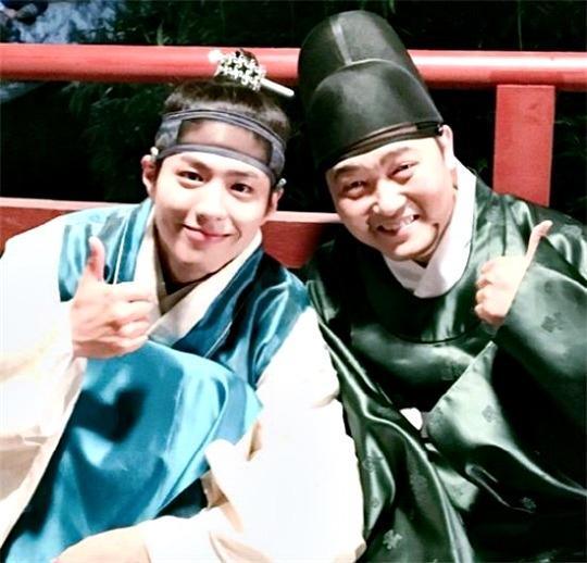 """""""Cặp bài trùng"""" Thái tử - thái giám Jang ngoài đời cũng nhắng nhít không kém. Tiền bối Lee Jun Hyuk cũng là """"bạn nhảy"""" ăn ý của Park Bo Gum thể hiện ca khúc Bombastic cực """"lầy lội"""" trong teaser hồi đầu phim."""