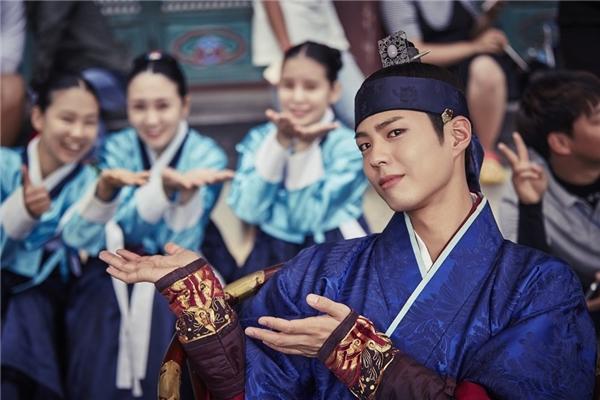 Đến cả hai vị quan bị ghét nhất phim hay các diễn viên phụ thủ vai cung nữ cũng không thiếu những bức ảnh với Park Bo Gum.