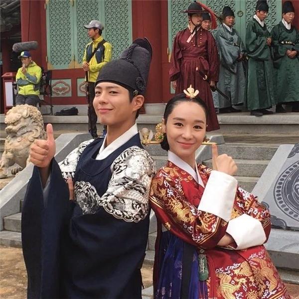 Đừng vội ghét Trung điện Kim bởi ngoài đời nữ diễn viên Han Soo Yeon rất hiền lành và cũng vô cùng thân thiết với Park Bo Gum.