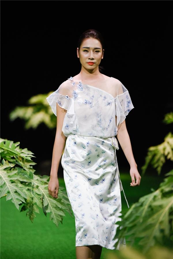 Họa tiết những chú bướm được cô đính kết thủ công trên trang phục và phụ kiện, giúp BST thêm phần lãng mạn, bay bổng và nữ tính.
