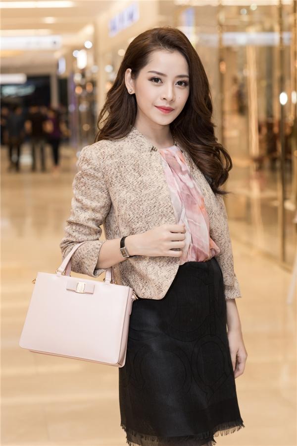 Tối 1/10 vừa qua, Chi Pu vừa xuất hiện ở một triển lãm nghệ thuật đóng giày tại trung tâm TP.HCM. Nữ diễn viên xinh đẹp thu hút sự chú ý khi diện cây hàng hiệu Salvatore Ferragamo.