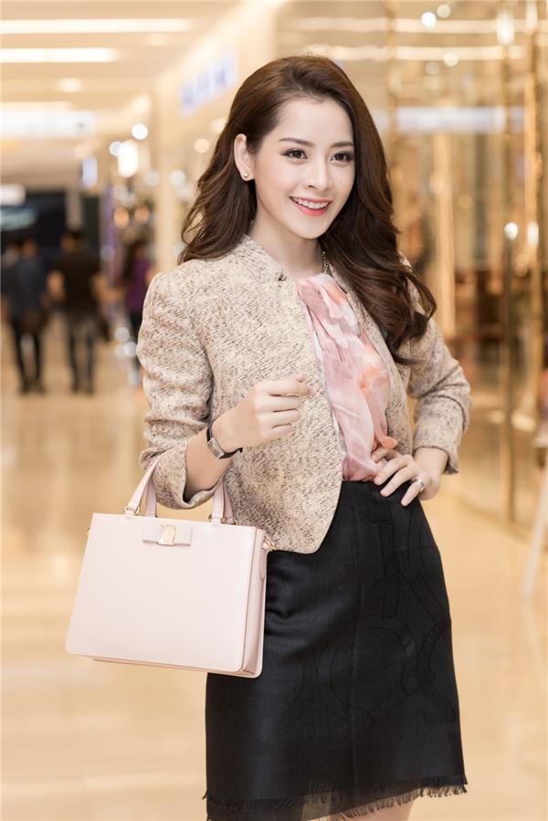 Đáng chú ý, áo và chân váy của Chi Pu được cô khéo léo biến tấu từ những chiếc khănvừa độc lạ vừa gây ấn tượng mạnh với quan khách.