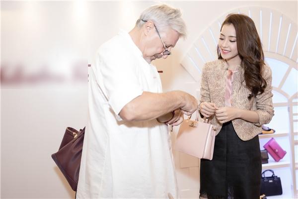Tại sự kiện, Chi Pu được nghệ nhân Ý giới thiệu về kỹ thuật đóng giày cao cấp và chia sẻ về những kiểu dáng thời thượng đang được ưa chuộng nhất trên thế giới.