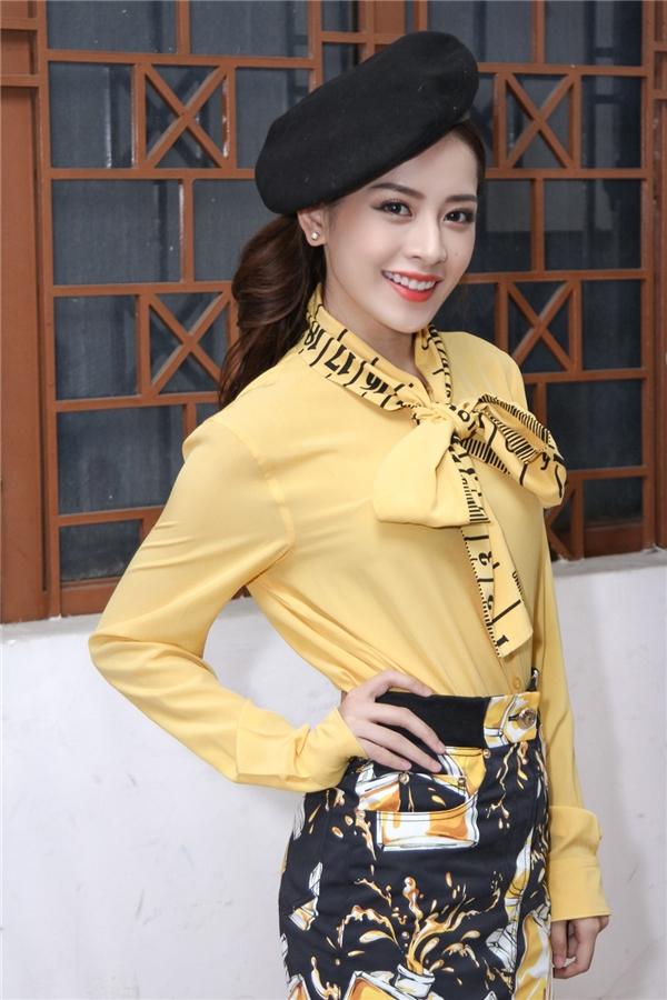 Rời sự kiện, Chi Pu nhanh chóng di chuyển đến NTĐ Tân Bình để làm MC hậu trường cho liveshow 3 chương trình Giọng hát Việt nhí 2016. Nữ diễn viên thay trang phục tông vàng nổi bật của nhà mốt Moschino, phối cùng nón bê rê trẻ trung, cá tính.