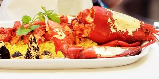 """Được biết đến rộng rãi sau khi nó xuất hiện trong bộ phim """"Triệu phú ổ chuột"""" vào năm 2009, món cà ri Samundari Khazana được bán tại Bombay Brasserie – kho tàng của các loại hải sản. Nguyên liệu làm món cà ri này gồm có tôm hùm Scotland, cua Devon, nấm trắng và vàng lá ăn được, giá bán của món ăn này là 3.200 đôla (71 triệu VND)."""