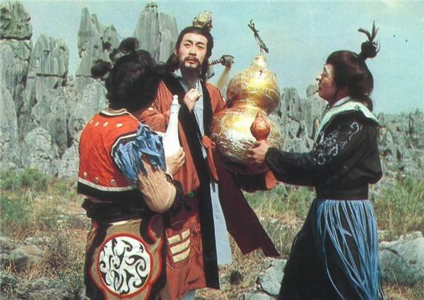 Hồ lô Tử Kim và Bình Ngọc Tịnhcó thể hút và chứa đựng vạn vật, chỉ cần gọi tên đối thủ, ai trả lời sẽ bị hút vào, trong vòng 1 giờ 3 khắc sẽ bị hóa hết thành nước.