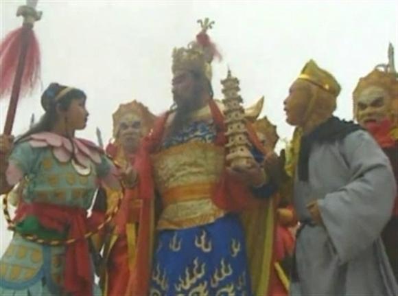 Gậy Như Ý vàtoàn bộ vũ khí của thiên binh thiên tướng... đều bị hút vào Kim Cang Trát.