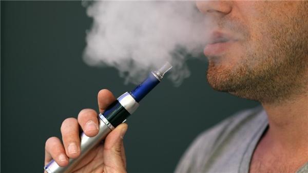 Các thiết bị thuốc lá điện tử dùng pin được phép đem lên máy bay, nhưng pin loại lithium ion của thuốc lá điện tử có nguy cơ phát nổ nếu bị hư hại.