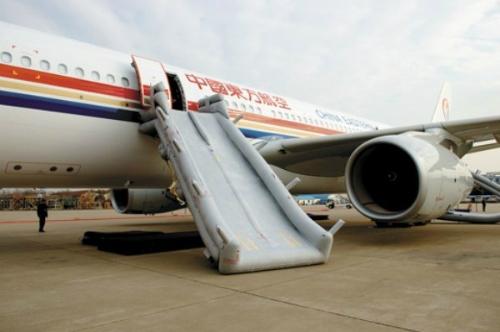 Thang trượt khẩn cấp trên máy bay