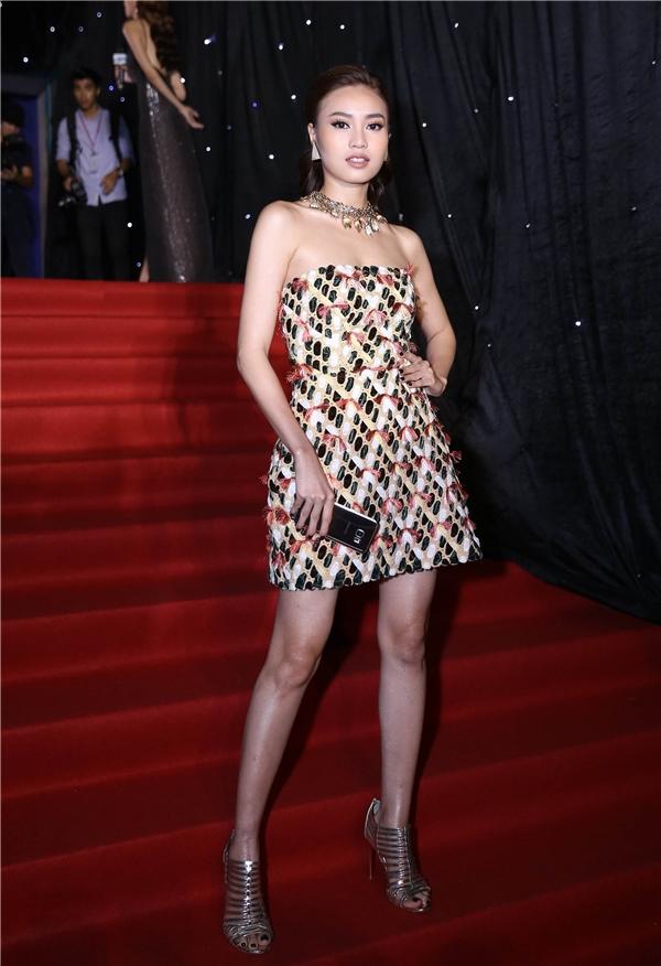 Ninh Dương Lan Ngọc khoe chân dài trong thiết kế gợi cảm, trẻ trung của nhà thiết kế Nguyễn Công Trí.