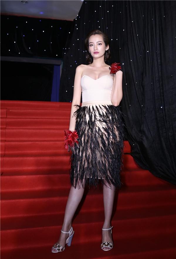 Trúc Diễm diện váy cúp ngực kết hợp chi tiết lông đính kết.
