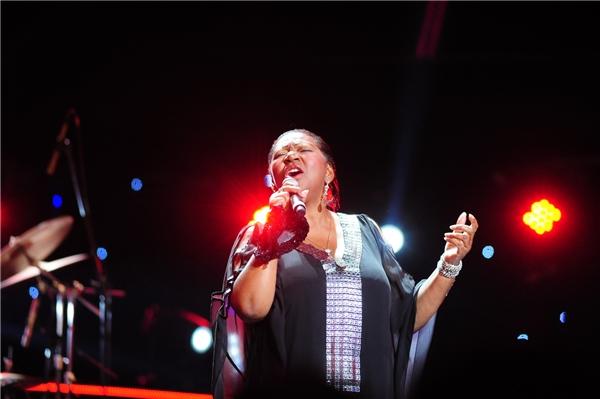 """Liz Mitchell với giọng hát quyến rũ đã biến khán phòng trở thành một """"vũ trường"""" khổng lồ, người người nhún nhảy, hò reo theo từng ca khúc của ban nhạc."""