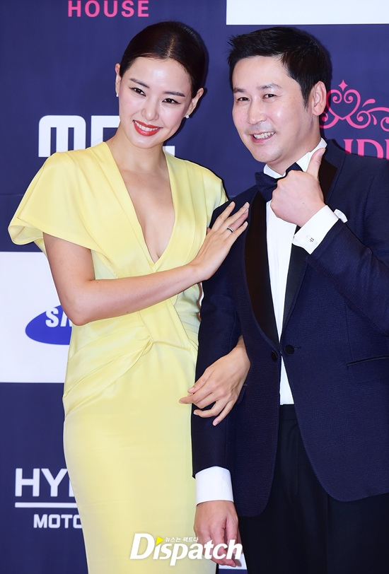 Hoa hậu Honey Lee lộng lẫy bên cạnh Shin Dong Yup. Cả hai là MC dẫn dắt toàn bộ lễ trao giải.