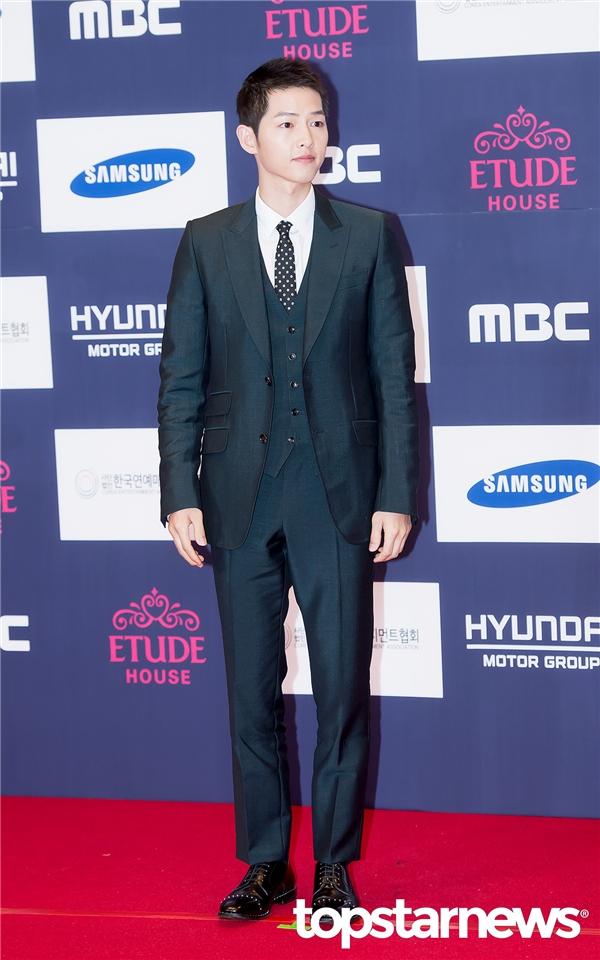 """Như mọi khi, Song Joong Ki chưa bao giờ thất bại trong việc """"đốn tim"""" fan với vẻ điển trai không tì vết. Nhờ thành công vang dội của vai diễn trong Descendants of the Sun, anh xuất sắc nhận về giải thưởng Ngôi sao châu Á cùng giải Daesang cao quý."""