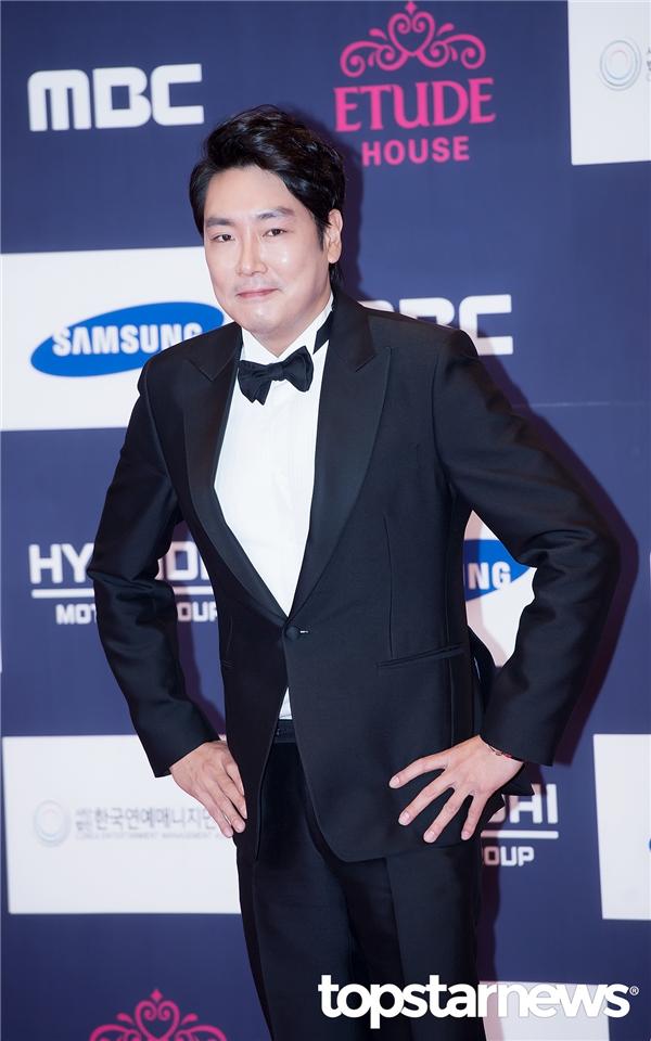 """Không sở hữu vẻ ngoài lung linh nhưng Jo Jin Woong nhờ vai diễn thanh tra Lee Jae Han trong Signal đã trở thành """"nam thần"""" trong mộng của không ít khán giả nữ."""