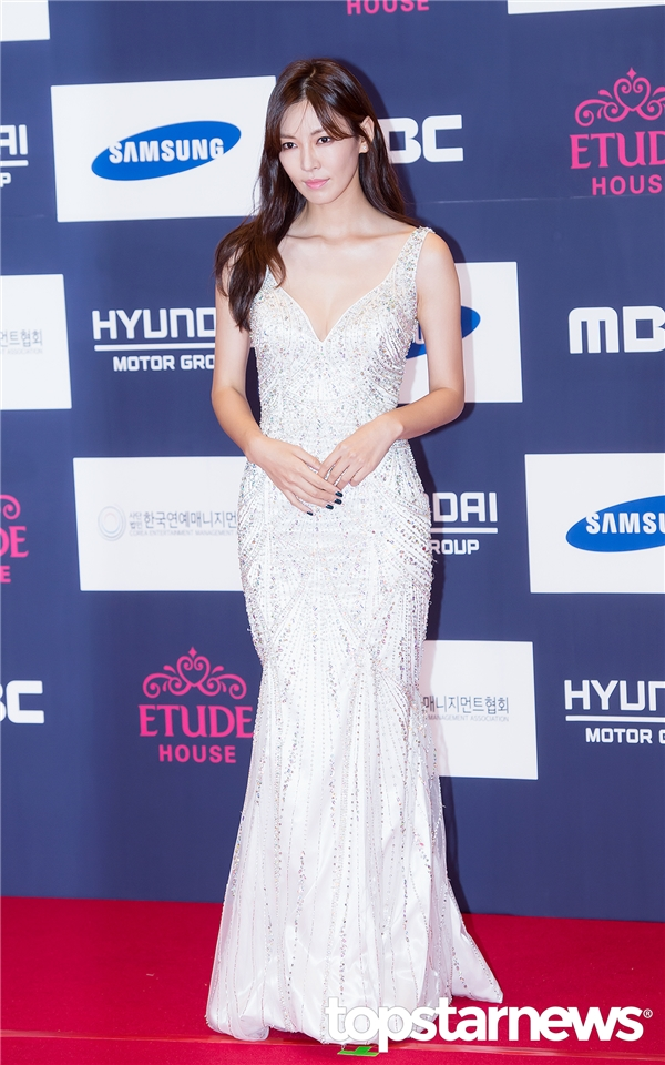 Ở tuổi 35, Kim So Yeon vẫn toát lên sức hút khó cưỡng nhờ gương măt sắc sảo và thân hình quyến rũ.