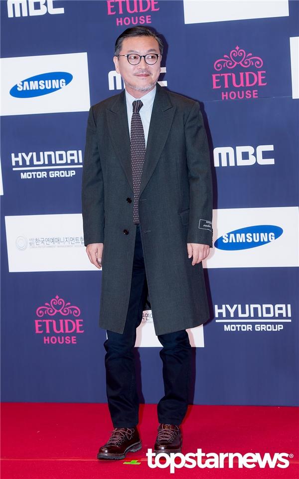 Nam diễn viên Kim Eui Sung vừa gây ấn tượng mạnh mẽ với vai diễn tác giả Oh Sung Mo trong W - Two Worlds.
