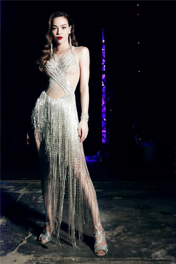 """Trang phục diễn nổi bật tôn lên vóc dáng kiêu sa của """"nữ hoàng giải trí"""". - Tin sao Viet - Tin tuc sao Viet - Scandal sao Viet - Tin tuc cua Sao - Tin cua Sao"""